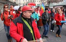 Samba Sole Luna trommelt auf der Demo gegen die Sicherheitskonferenz